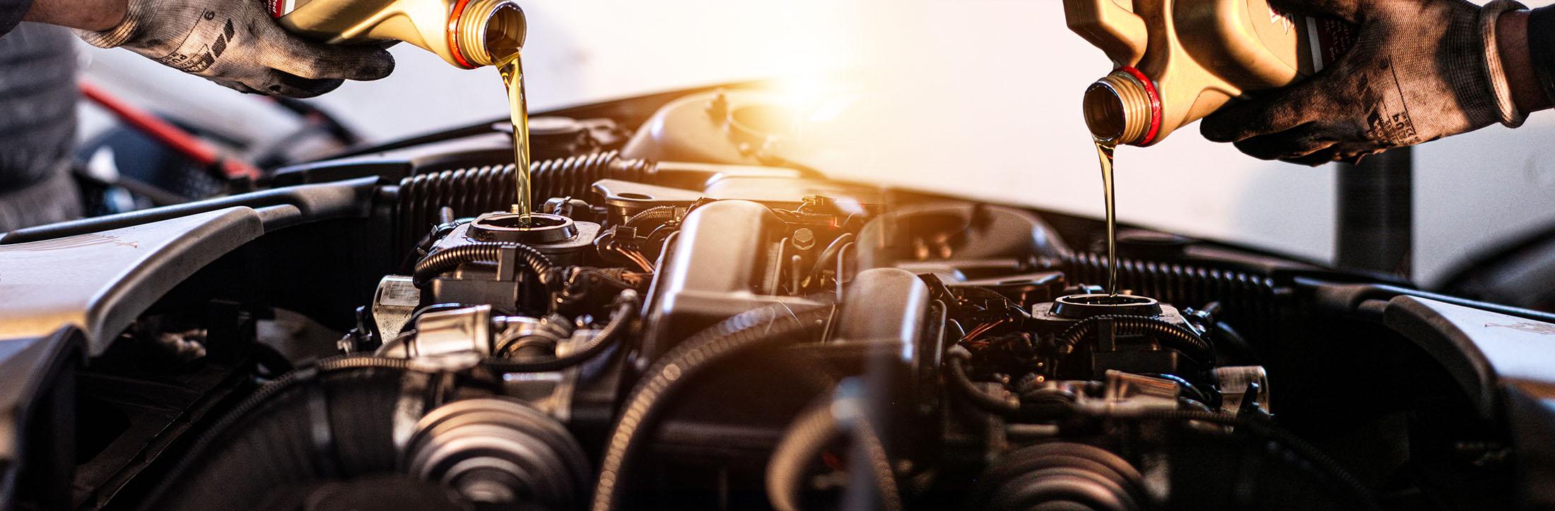 Mechaniker wechselt das Motoröl